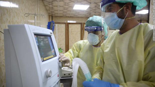 Bi kịch kinh hoàng của Covid-19 ở Syria: Các bệnh viện đang rơi vào cảnh người trước tử vong, người sau mới tới lượt - Ảnh 4.