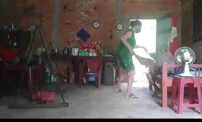 Vụ con gái đánh đập, đổ rác vào mặt mẹ già 88 tuổi ở Long An: Hàng xóm bật khóc khi xem clip, người cháu rể từ chối trả lời - Ảnh 8.