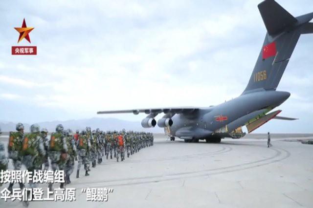 Lính dù và thiết bị hạng nặng Trung Quốc đổ bộ giáp biên giới Ấn Độ - Ảnh 1.