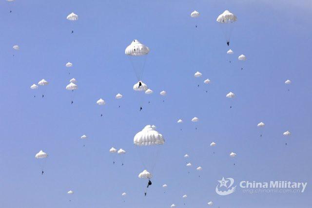 Lính dù và thiết bị hạng nặng Trung Quốc đổ bộ giáp biên giới Ấn Độ - Ảnh 2.