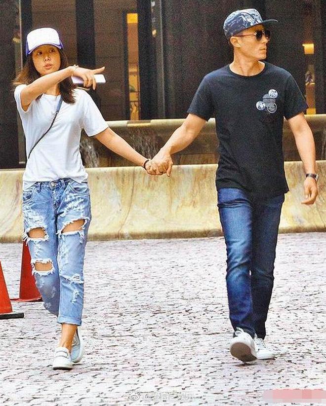 Xưa hẹn hò giản dị, nay vợ chồng Lâm Tâm Như gây choáng khi đổi gió đi siêu xe 35 tỷ tới nhà hàng đắt đỏ dùng bữa - Ảnh 2.