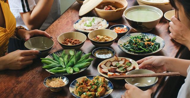 Vừa ăn no xong, đừng vội làm ngay 6 việc này vì sẽ làm tổn thương dạ dày, khiến cơ thể mệt mỏi, dễ mắc bệnh hơn - Ảnh 1.