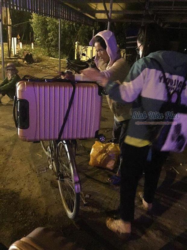 Cảnh người mẹ nghèo dậy sớm, run run chuẩn bị đồ đạc cho con gái lên đường nhập học được share rần rần trên mạng - ảnh 1