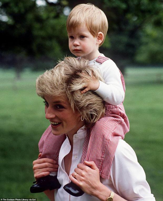 Ngay ngày đầu năm mới 2021, nhà Meghan Markle đã làm bùng nổ truyền thông bằng tấm hình Công nương Diana khi ra mắt trang web riêng - Ảnh 2.