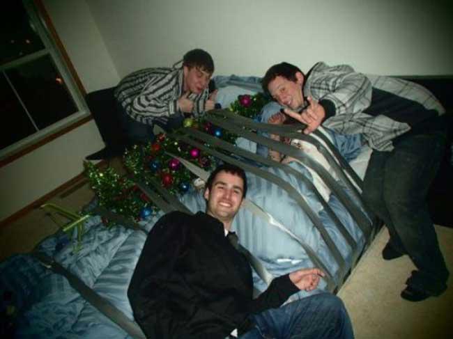 Hậu quả lĩnh đủ khi đi ngủ không phòng thủ với lũ bạn - Ảnh 6.