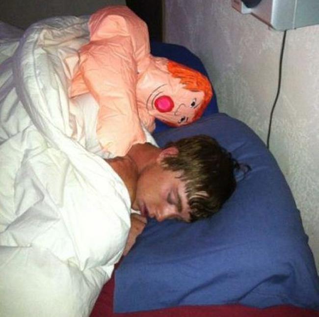 Hậu quả lĩnh đủ khi đi ngủ không phòng thủ với lũ bạn - Ảnh 8.