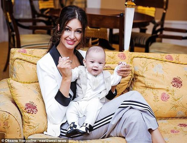 Vợ cũ cựu vương Malaysia khoe mặt con trai dù bị hoàng gia ngăn cấm, vẻ ngoài hiện tại của đứa trẻ khiến ai cũng xuýt xoa - Ảnh 3.