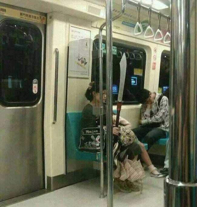 Hành động khó đỡ của các cô nàng khiến người xem cười té ghế - Ảnh 4.