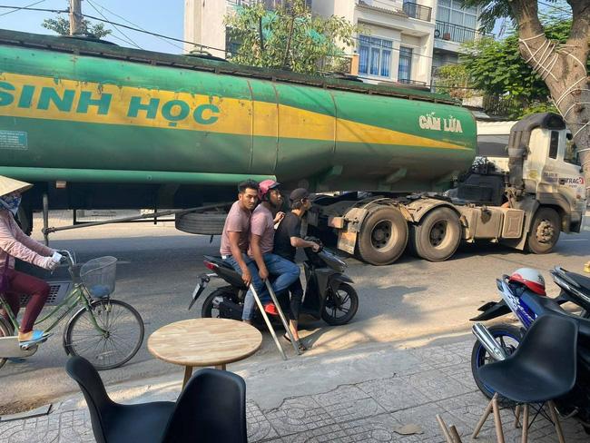 Nhóm côn đồ vác tuýp sắt đập phá quán trà sữa, đuổi đánh 2 người bị thương ở Sài Gòn khai gì? - Ảnh 1.