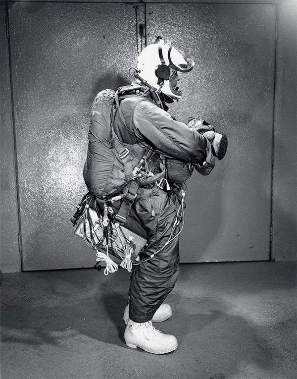 Joseph Kittinger chuẩn bị trang phục bảo hộ. Ảnh: Internet
