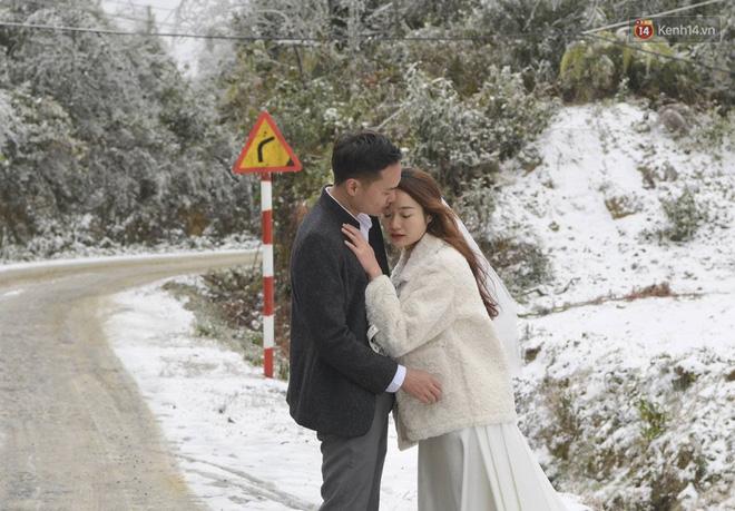Cặp đôi Hà Nội chụp ảnh cưới giữa trời băng tuyết kỳ ảo ở Y Tý, dân tình trầm trồ: Đỉnh cao săn tuyết là đây - Ảnh 5.