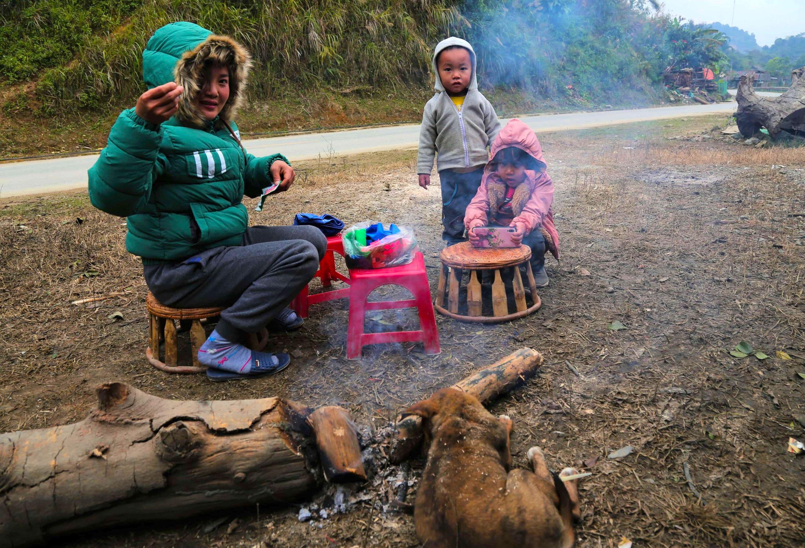 Rét cắt da cắt thịt, người dân vơ củi nhóm lửa sưởi ấm mưu sinh ở TP Vinh - Ảnh 10.