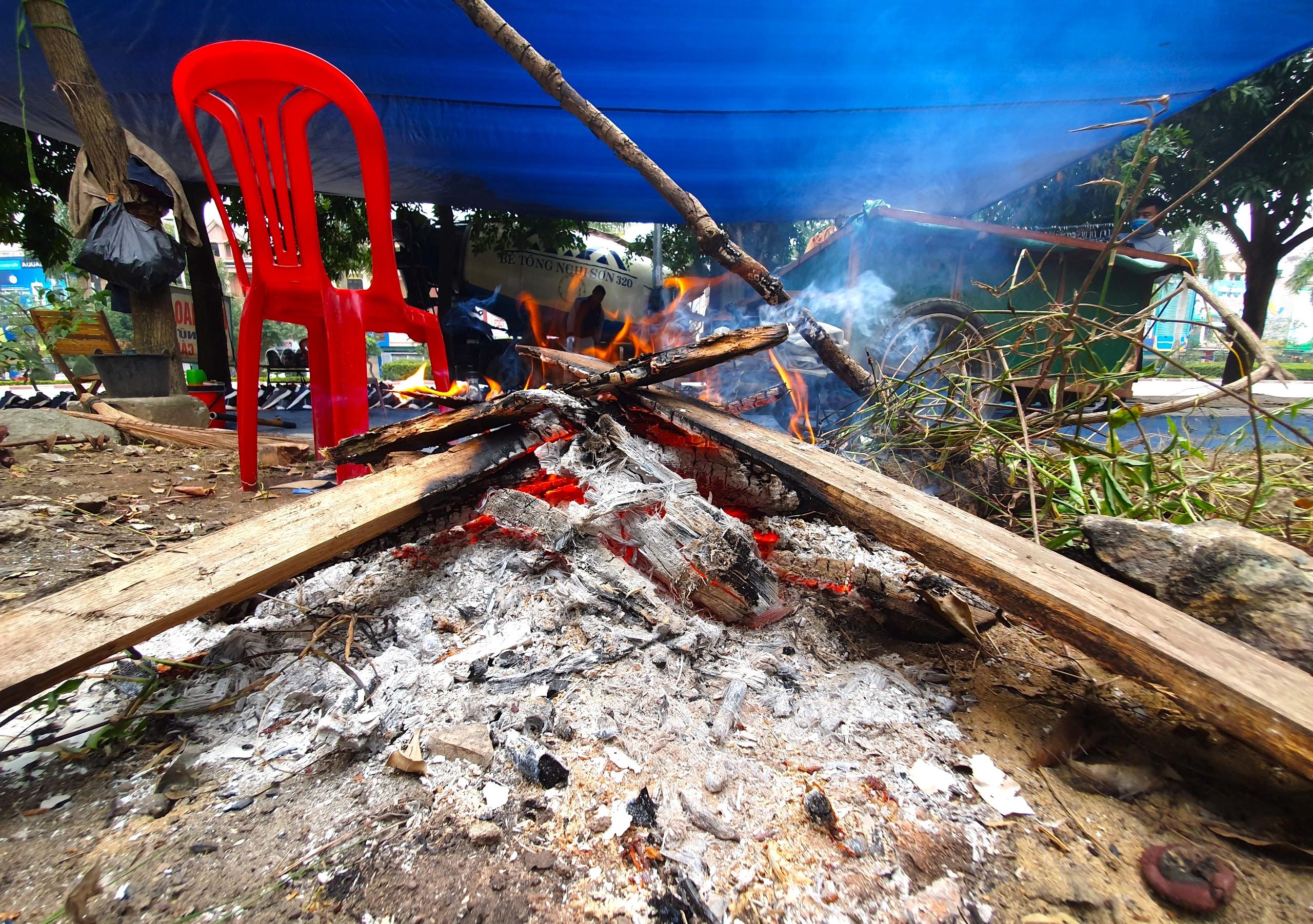 Rét cắt da cắt thịt, người dân vơ củi nhóm lửa sưởi ấm mưu sinh ở TP Vinh - Ảnh 3.