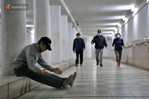 """Lạnh thấu xương dưới 10 độ C, người dân Hà Nội kéo nhau xuống """"hầm"""" tránh rét tập thể dục - Ảnh 1."""