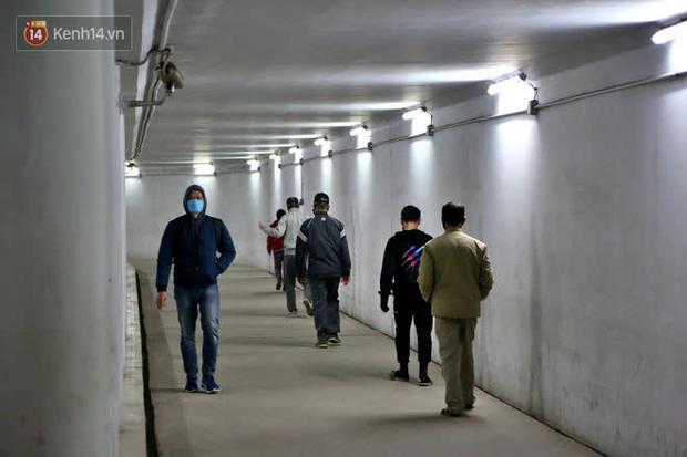 """Lạnh thấu xương dưới 10 độ C, người dân Hà Nội kéo nhau xuống """"hầm"""" tránh rét tập thể dục - Ảnh 3."""