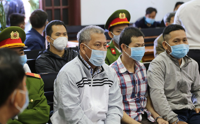 Đại gia xăng dầu Trịnh Sướng lấy tay che mặt trước ống kính của phóng viên tại tòa - Ảnh 3.