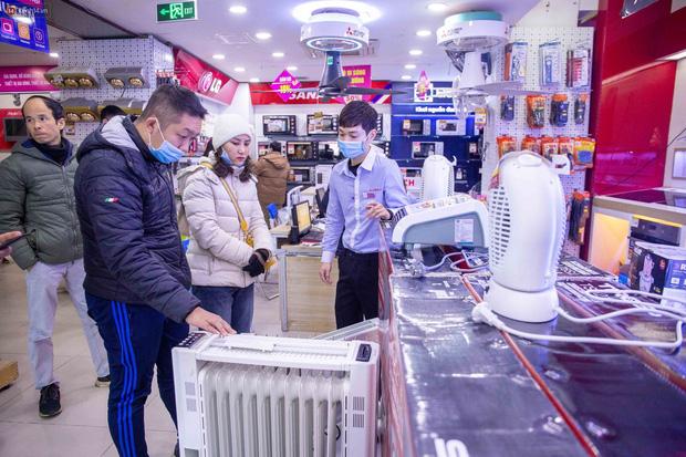 """Người dân Hà Nội đổ xô đi mua quạt sưởi, đèn sưởi: Siêu thị điện máy """"cháy hàng"""", doanh số tăng hàng trăm lần - Ảnh 1."""