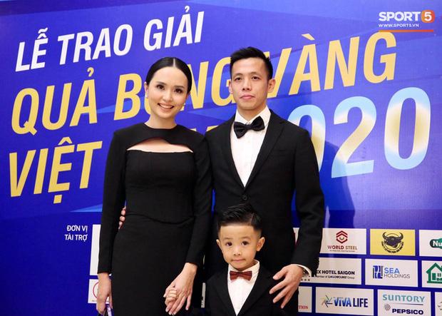 Vợ Văn Quyết xinh đẹp nổi bật cùng chồng dự lễ trao giải Quả bóng vàng 2020 - Ảnh 1.