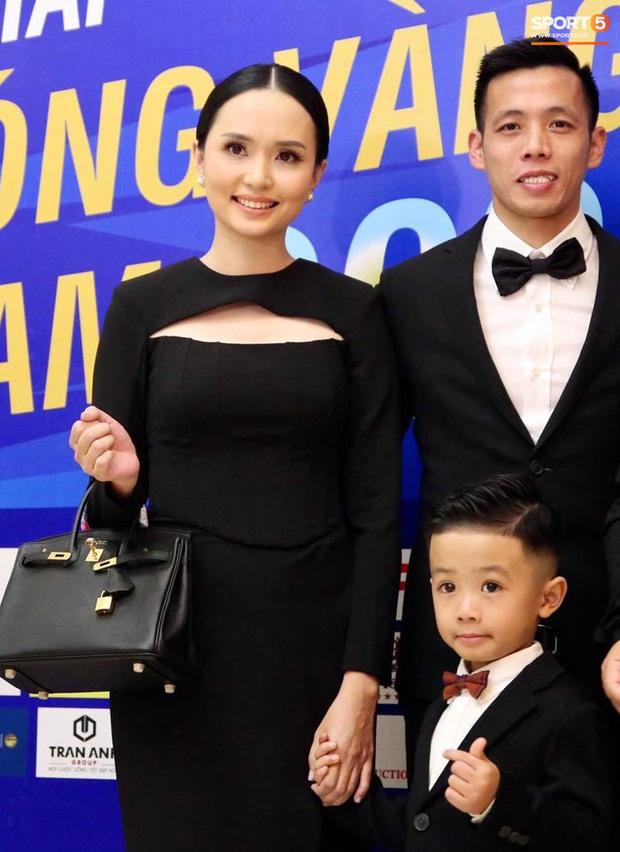 Vợ Văn Quyết xinh đẹp nổi bật cùng chồng dự lễ trao giải Quả bóng vàng 2020 - Ảnh 2.