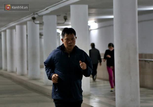 """Lạnh thấu xương dưới 10 độ C, người dân Hà Nội kéo nhau xuống """"hầm"""" tránh rét tập thể dục - Ảnh 15."""