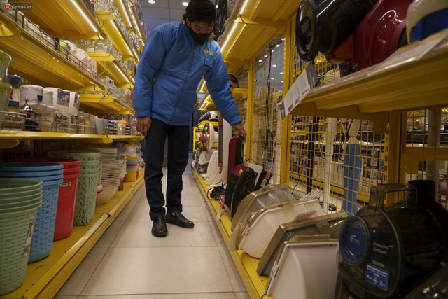 """Người dân Hà Nội đổ xô đi mua quạt sưởi, đèn sưởi: Siêu thị điện máy """"cháy hàng"""", doanh số tăng hàng trăm lần - Ảnh 2."""