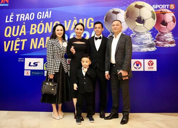 Vợ Văn Quyết xinh đẹp nổi bật cùng chồng dự lễ trao giải Quả bóng vàng 2020 - Ảnh 3.