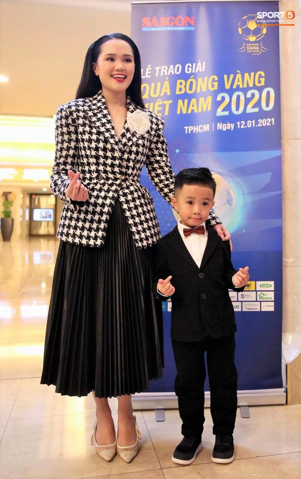 Vợ Văn Quyết xinh đẹp nổi bật cùng chồng dự lễ trao giải Quả bóng vàng 2020 - Ảnh 4.
