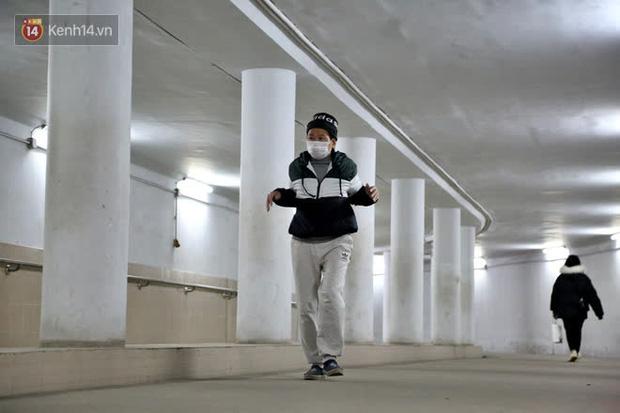 """Lạnh thấu xương dưới 10 độ C, người dân Hà Nội kéo nhau xuống """"hầm"""" tránh rét tập thể dục - Ảnh 6."""