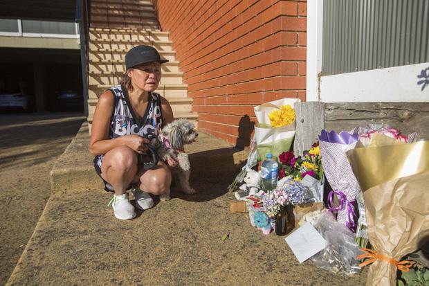 Những vòng hoa tưởng niệm được đặt tại nhà họ để tưởng nhớ 4 mẹ con xấu số