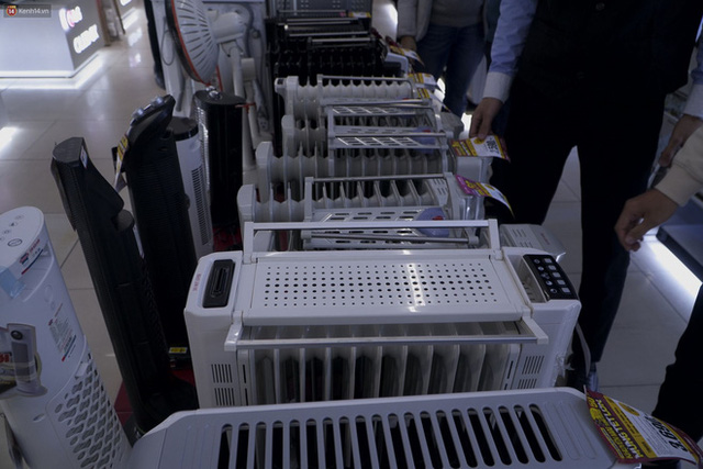 """Người dân Hà Nội đổ xô đi mua quạt sưởi, đèn sưởi: Siêu thị điện máy """"cháy hàng"""", doanh số tăng hàng trăm lần - Ảnh 4."""