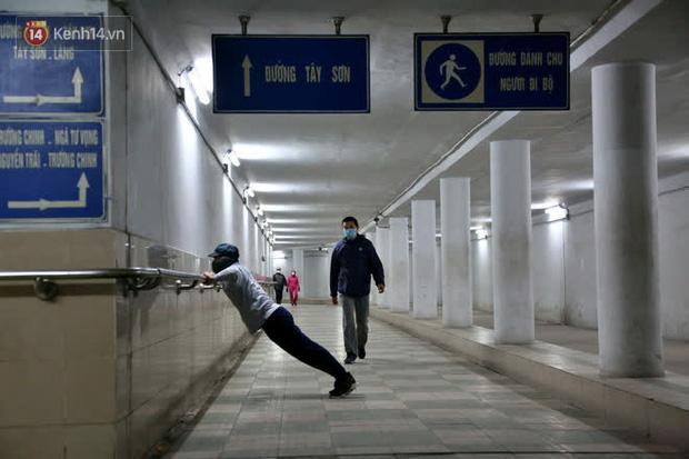"""Lạnh thấu xương dưới 10 độ C, người dân Hà Nội kéo nhau xuống """"hầm"""" tránh rét tập thể dục - Ảnh 7."""
