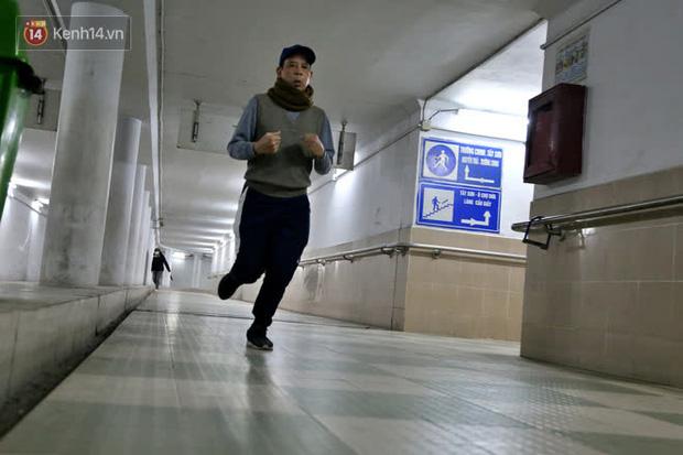 """Lạnh thấu xương dưới 10 độ C, người dân Hà Nội kéo nhau xuống """"hầm"""" tránh rét tập thể dục - Ảnh 8."""