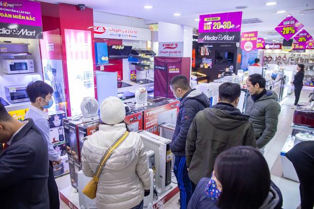 """Người dân Hà Nội đổ xô đi mua quạt sưởi, đèn sưởi: Siêu thị điện máy """"cháy hàng"""", doanh số tăng hàng trăm lần - Ảnh 6."""