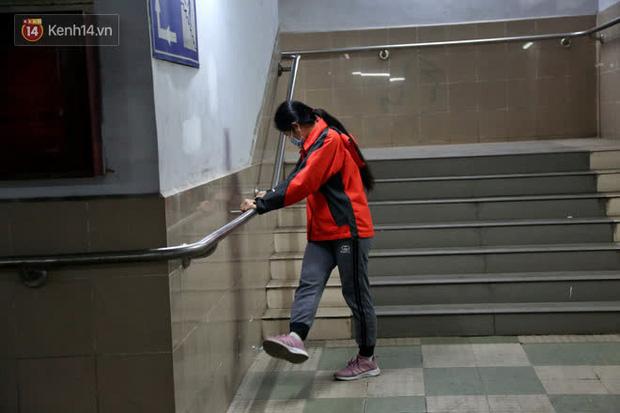 """Lạnh thấu xương dưới 10 độ C, người dân Hà Nội kéo nhau xuống """"hầm"""" tránh rét tập thể dục - Ảnh 10."""