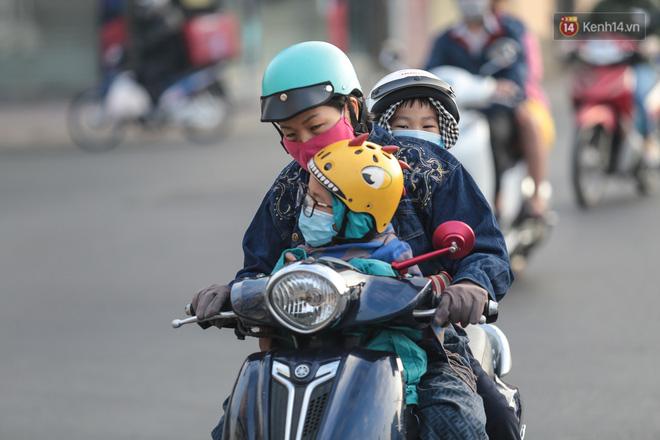Ảnh: Nhiệt độ giảm còn 19 độ C, người Sài Gòn mặc áo ấm và quàng khăn nhưng vẫn co ro vì lạnh - Ảnh 10.