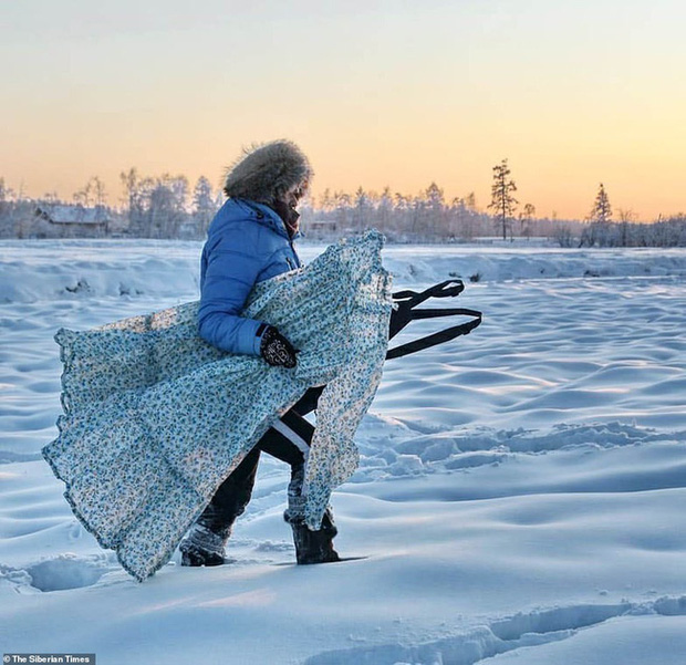 Cụ ông vô tư ngâm mình dưới làn nước đóng băng và những chuyện không tưởng chỉ có ở nơi lạnh giá nhiệt độ xuống thấp đến -45 độ C - Ảnh 2.