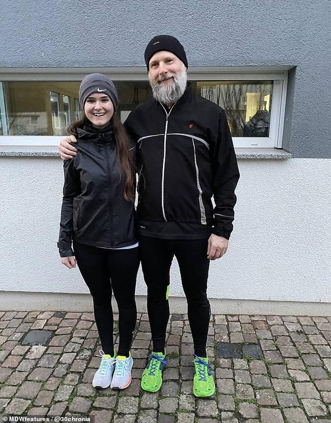 Vào tháng 12/2017, từ thành phố Frankfurt, Peter lái xe vượt hơn 400km để đến gặp Jana. Vào khoảnh khắc đầu tiên trông thấy đối phương, cặp đôi liền trúng phải mũi tên ngọt ngào của tình yêu.