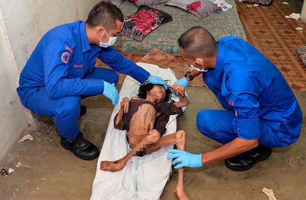 Ập vào nhà của người nhập cư bất hợp pháp, cảnh sát phát hiện đứa trẻ bị mẹ bỏ rơi 2 năm trời, ăn đất và chất thải để cầm cự - Ảnh 3.