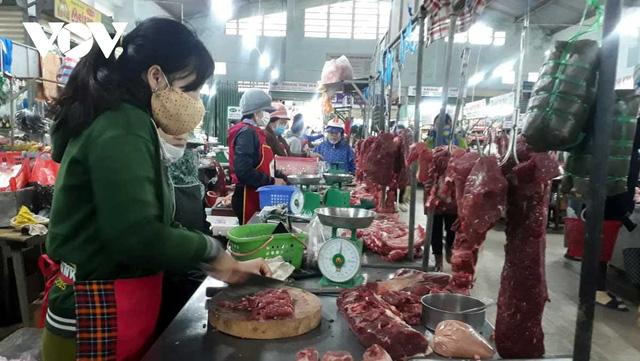 Giá thịt heo tăng lại ế ẩm khiến tiểu thương gặp khó khăn - Ảnh 1.