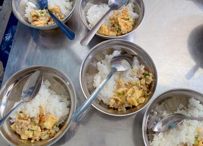 Đề nghị kỷ luật hiệu trưởng trường tiểu học bớt thức ăn của hơn 900 học sinh - Ảnh 1.