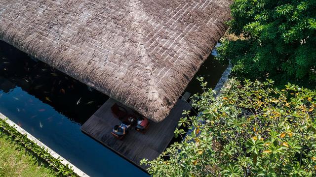Nhà mái tranh của giám đốc marketing Việt đạt giải trên báo Mỹ: Hồ cá Koi bao quanh, chi phí 2,5 tỷ đồng - Ảnh 2.