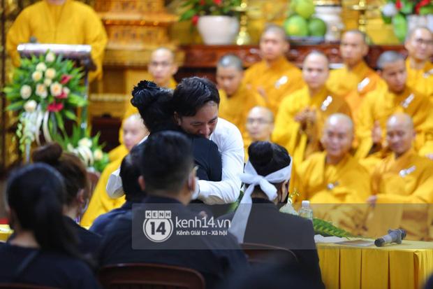 Xót xa hình ảnh bố mẹ Vân Quang Long lặng lẽ bên mộ phần của con trai, lên tiếng nói rõ chuyện không nhận cháu gây xôn xao - Ảnh 6.