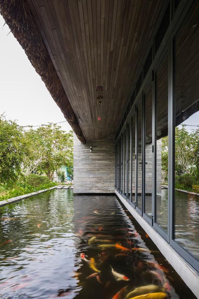 Nhà mái tranh của giám đốc marketing Việt đạt giải trên báo Mỹ: Hồ cá Koi bao quanh, chi phí 2,5 tỷ đồng - Ảnh 6.