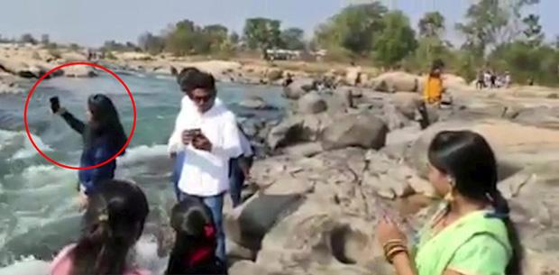 Nạn nhân (khoanh đỏ) đang đứng chụp ảnh selfie thì gặp phải sự cố đau lòng