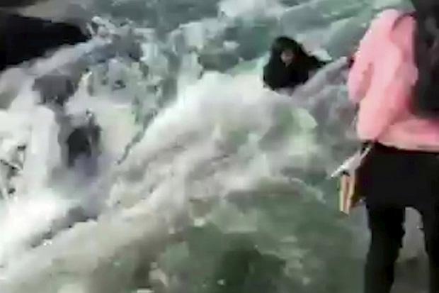 Cô gái trẻ rơi xuống dòng nước đang cuồn cuộn chảy