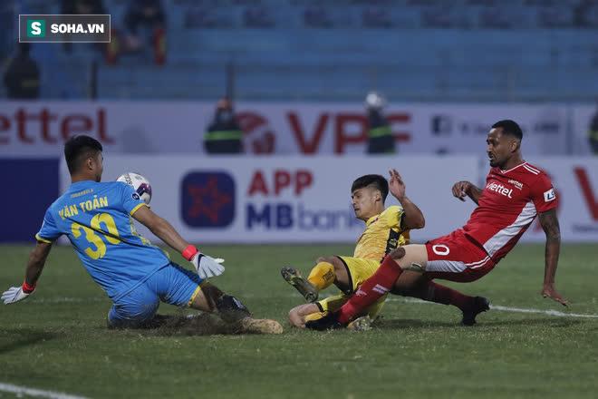 Ngoại binh V.League nói đá bóng ở Việt Nam không khác gì Anh, Pháp, hé lộ nhiều góc khuất - Ảnh 2.