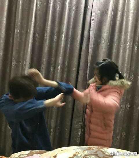 Chỉ diễn vài chiêu, em gái đã khiến anh trai phải mếu máo xin lỗi với biểu cảm khiến dân mạng cười bò - Ảnh 1.
