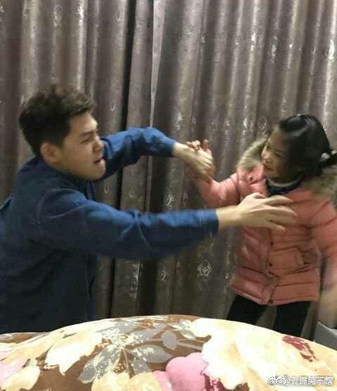 Chỉ diễn vài chiêu, em gái đã khiến anh trai phải mếu máo xin lỗi với biểu cảm khiến dân mạng cười bò - Ảnh 2.