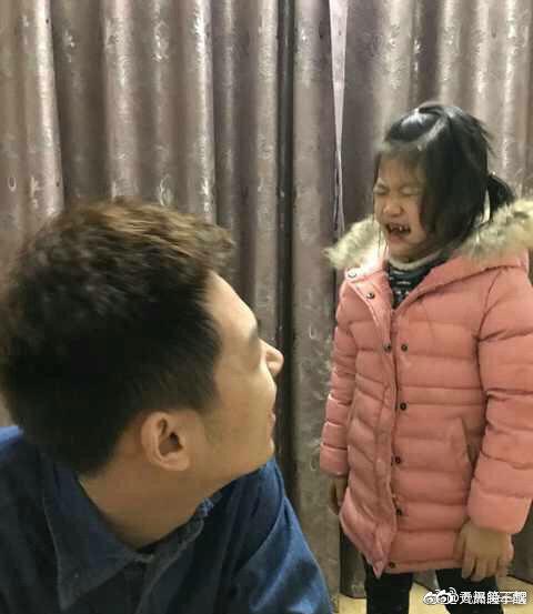 Chỉ diễn vài chiêu, em gái đã khiến anh trai phải mếu máo xin lỗi với biểu cảm khiến dân mạng cười bò - Ảnh 3.