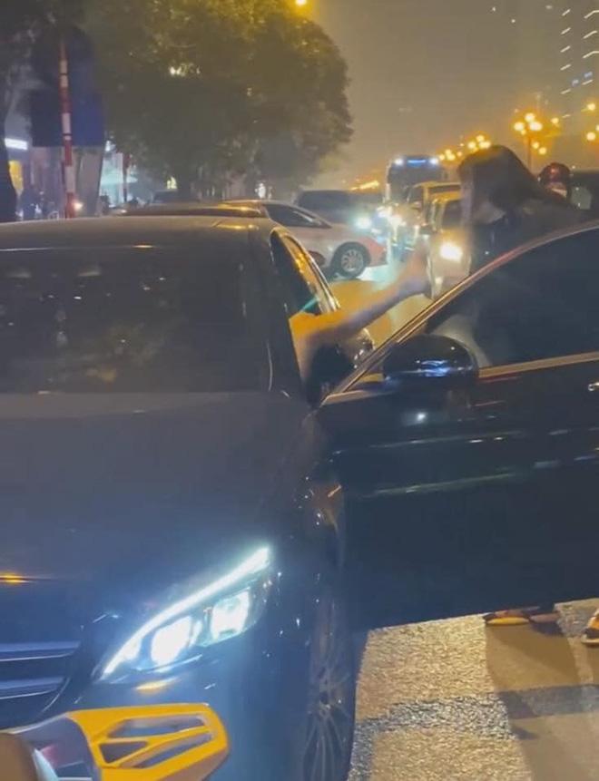Người phụ nữ chặn đầu xe Mercedes đánh ghen trên phố Hà Nội: Khi cảnh sát đến đã giải tán - Ảnh 1.